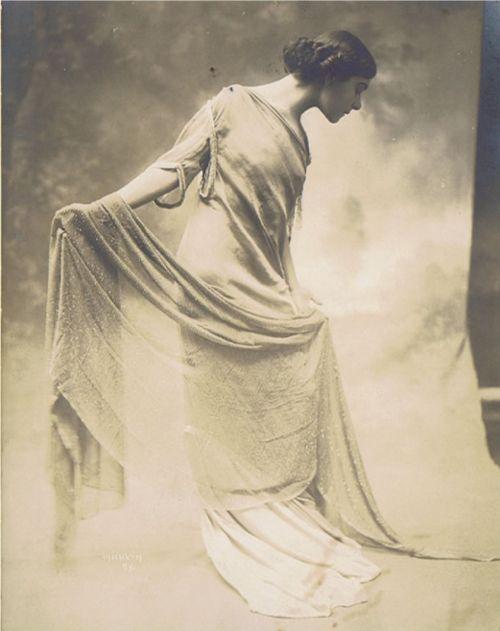 Alla Nazimova in standing profile