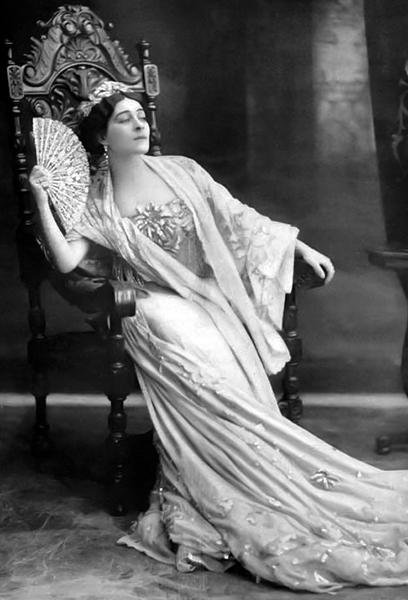 Alla Nazimova with fan, 1910