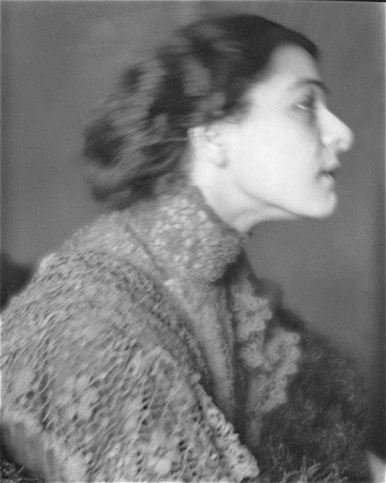 Alla Nazimova portrait, circa 1910 − 1916 (℅ the George Eastman House Still Photograph Archive)